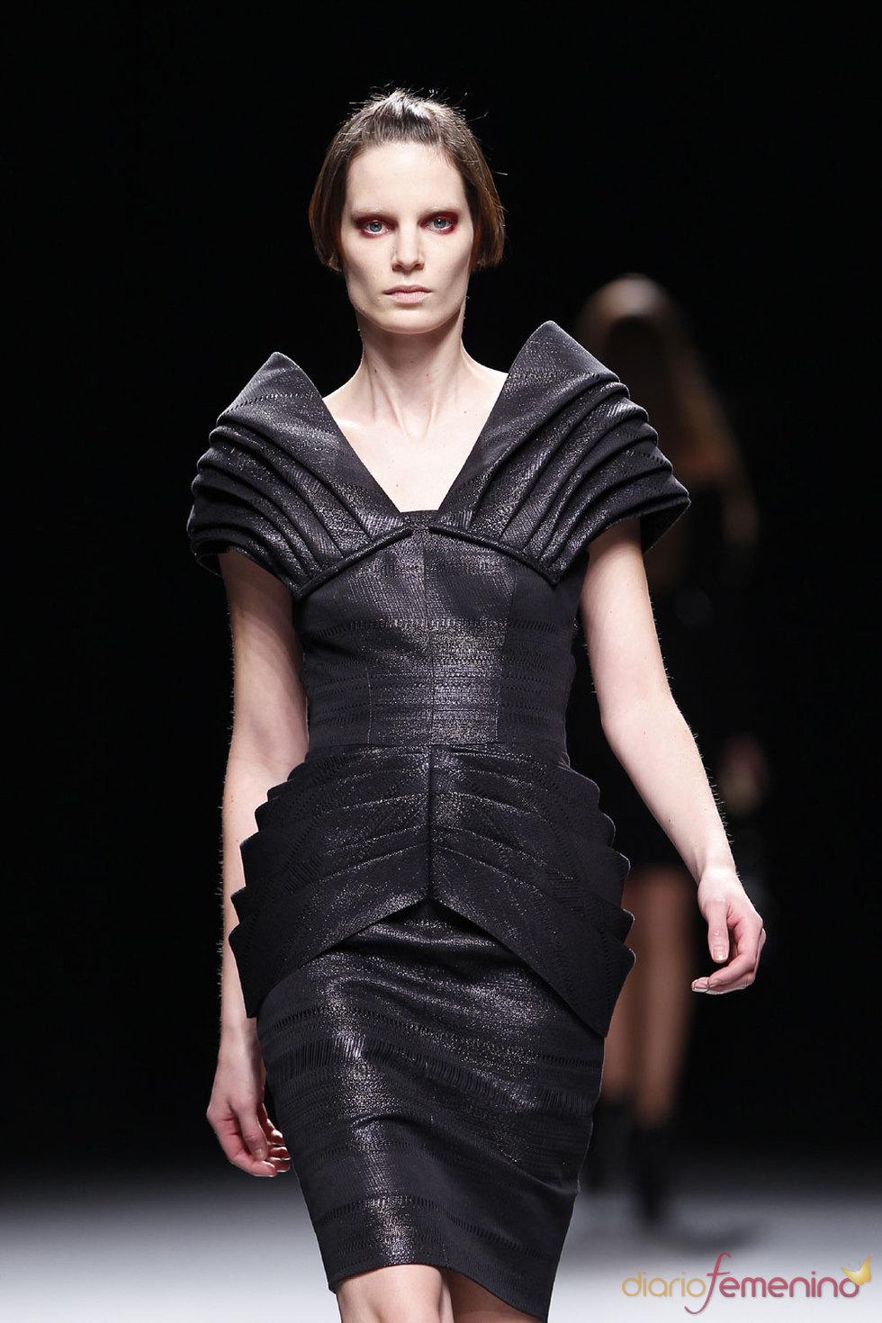 Vestido negro de Juanjo Oliva en Cibeles 2010