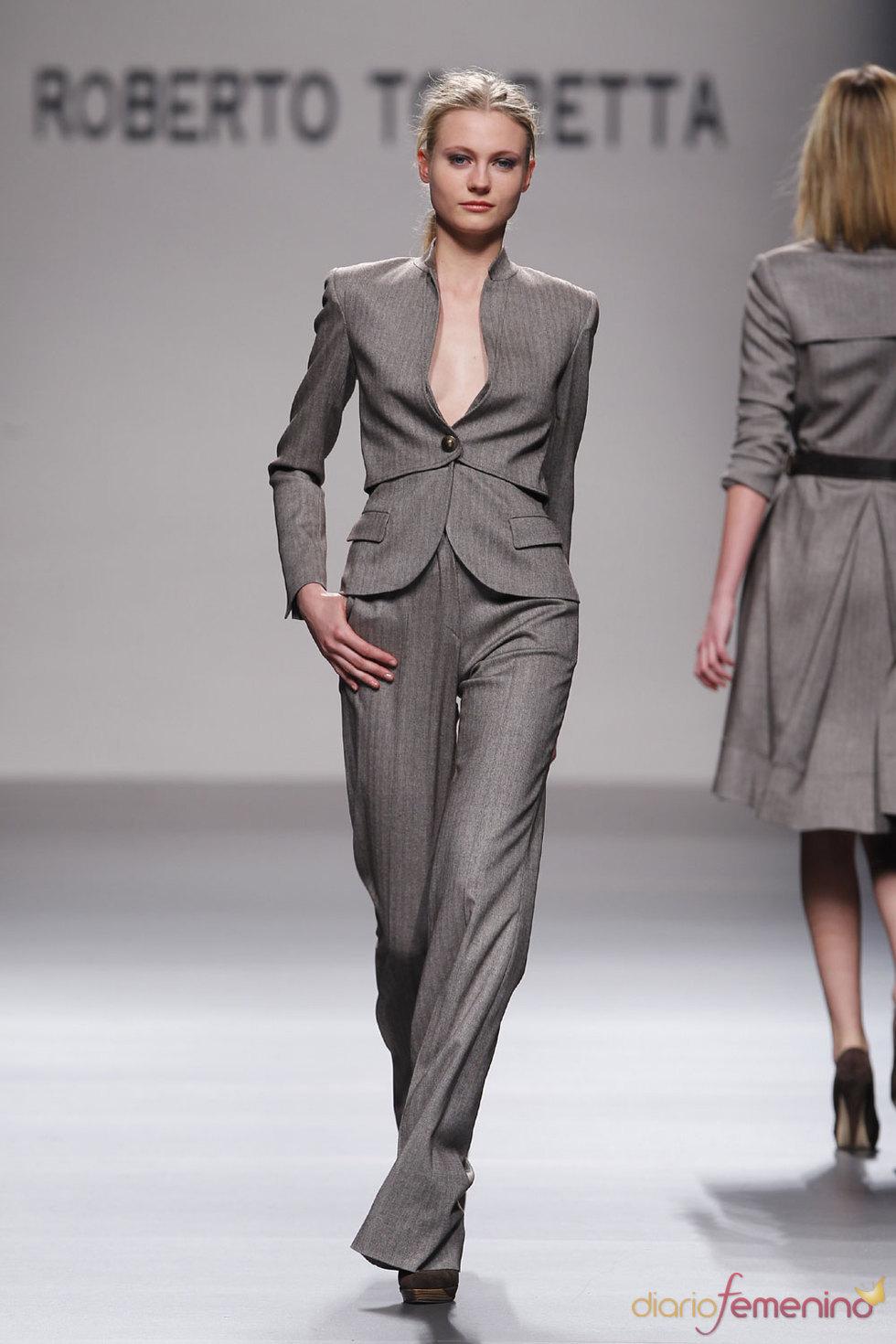 Mujer ejecutiva y elegante por Roberto Torretta