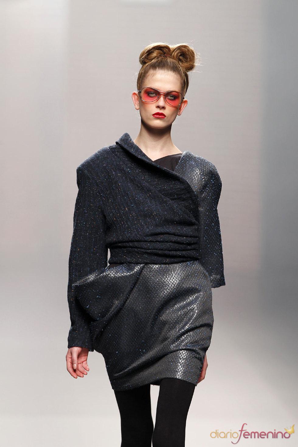 Lineas innovadoras de vestido negro de Antonio Alvarado - Cibeles