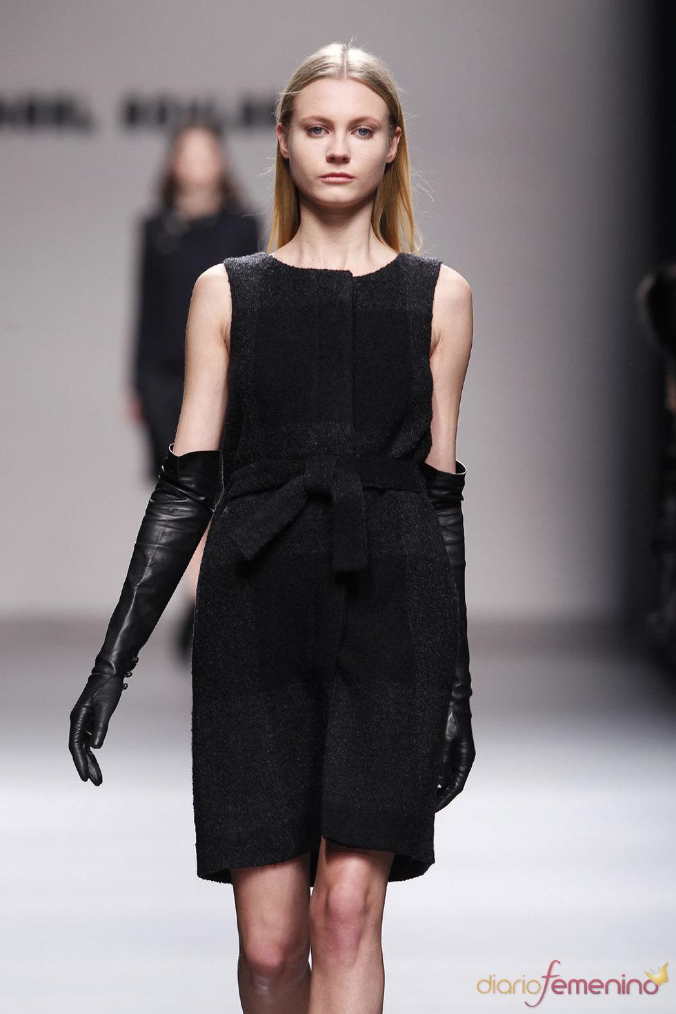 Vestido negro clásico para la noche de Angel Schlesser