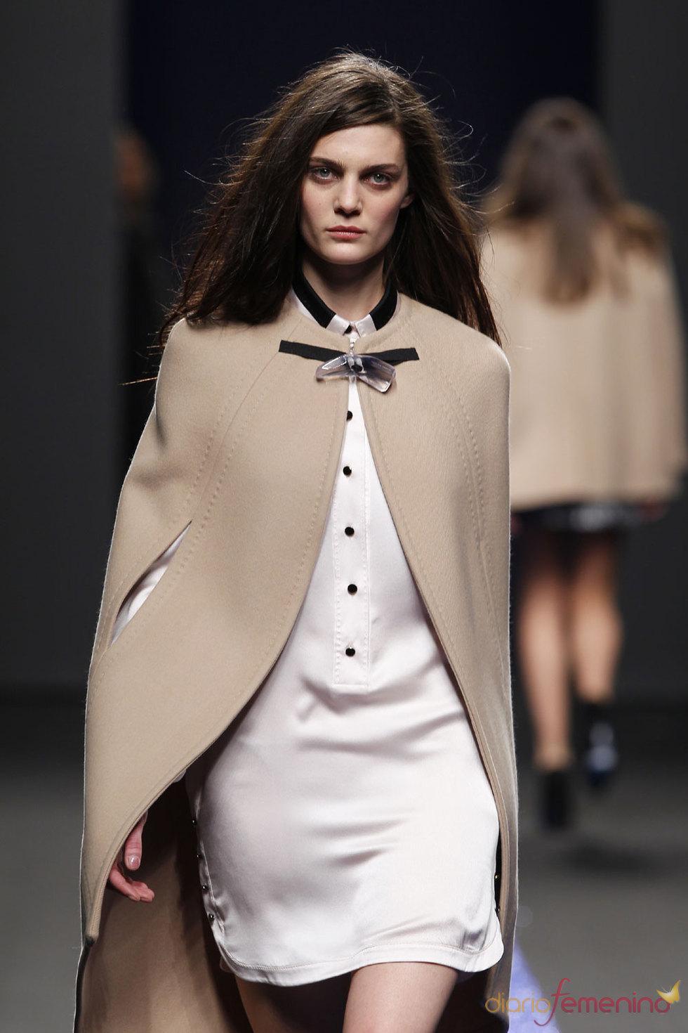 La modelo Marina Pérez con un abrigo de Miguel Palacio