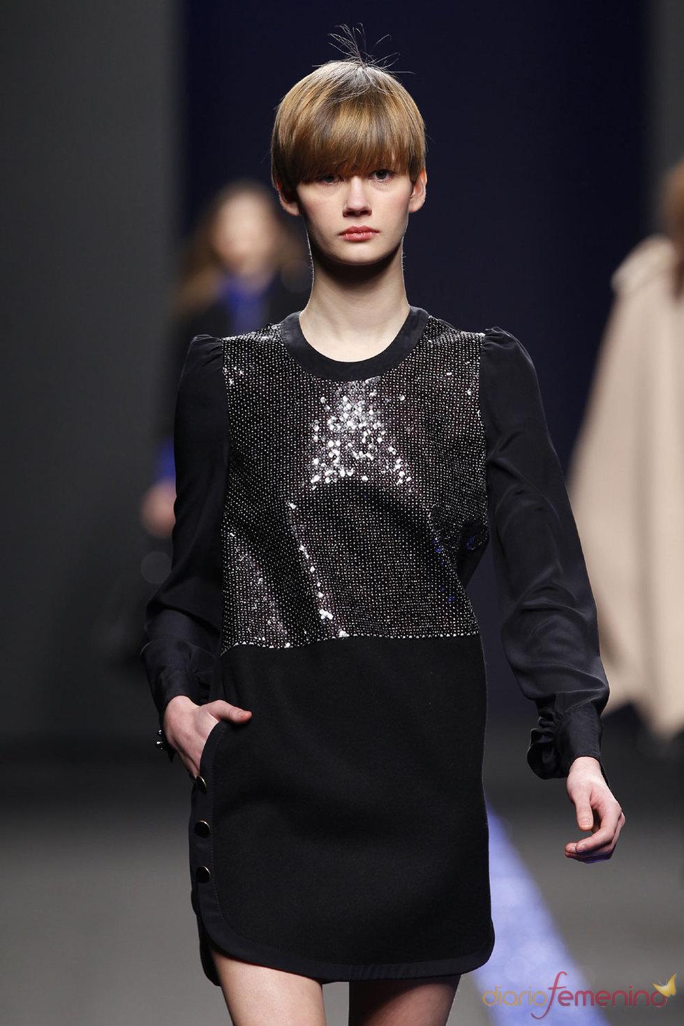 Vestido negro clásico para la noche de Miguel Palacio