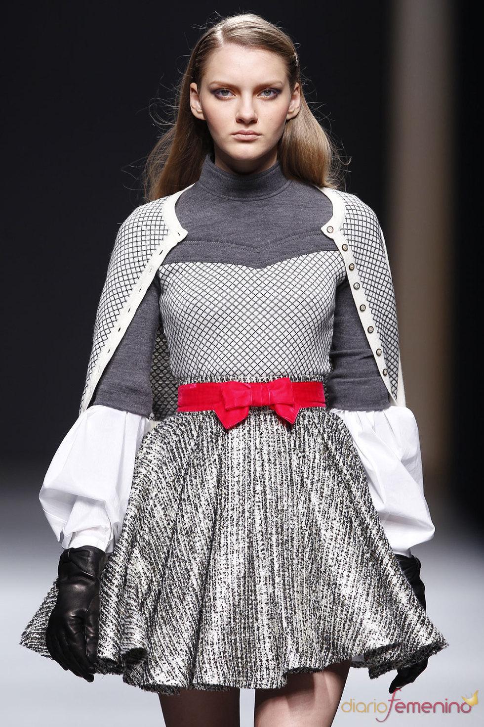 Detalles de tricot en modelo de Miriam Ocáriz - Pasarela Cibeles 2010