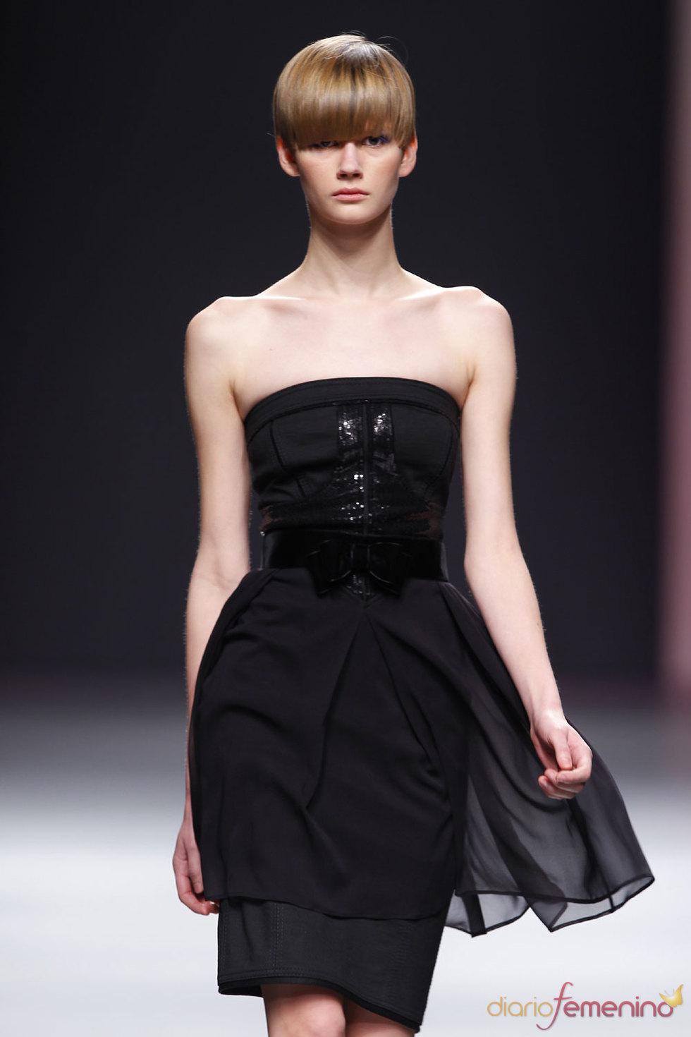 Vestido negro clásico para la noche de Miriam Ocáriz