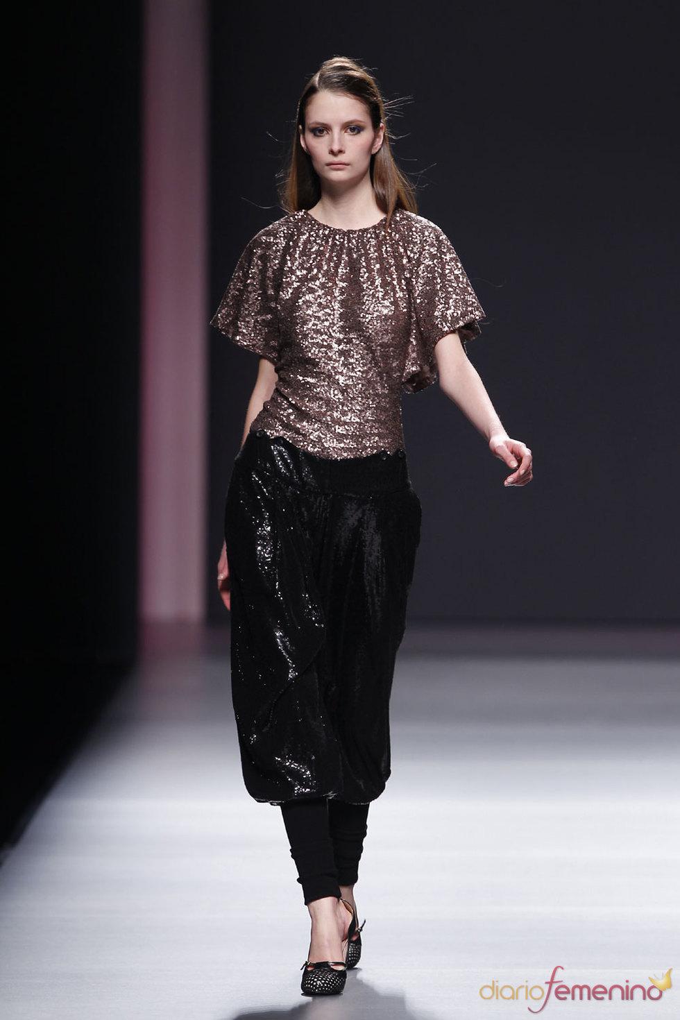 Vestido en negro y dorado de Miriam Ocáriz
