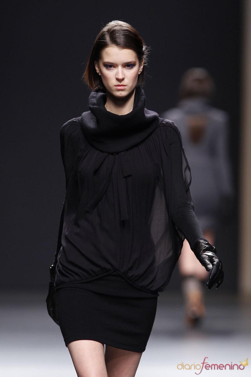 Moda Otoño Invierno - Vestido corto negro de Miriam Ocáriz