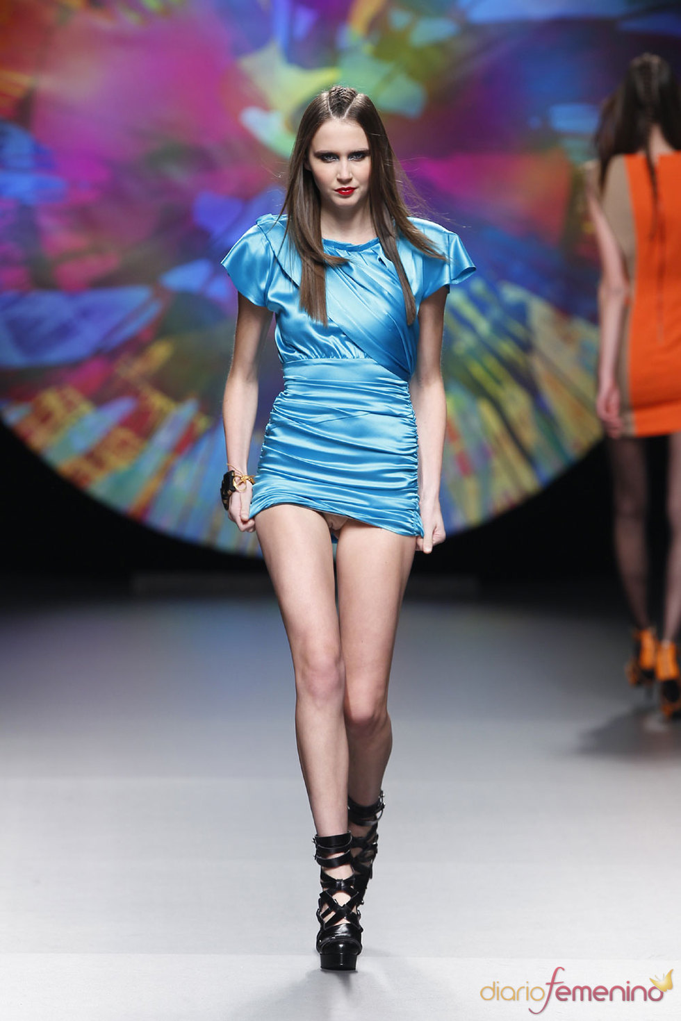 Vestido muy corto azul de Ana Locking - Cibeles 10