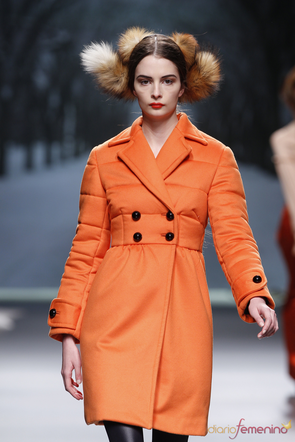 Abrigo naranja acolchado de Alma Aguilar