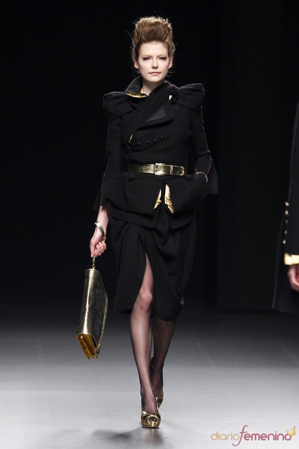 Abrigo negro muy elegante y clásico de Ion Fiz - Cibeles 2010