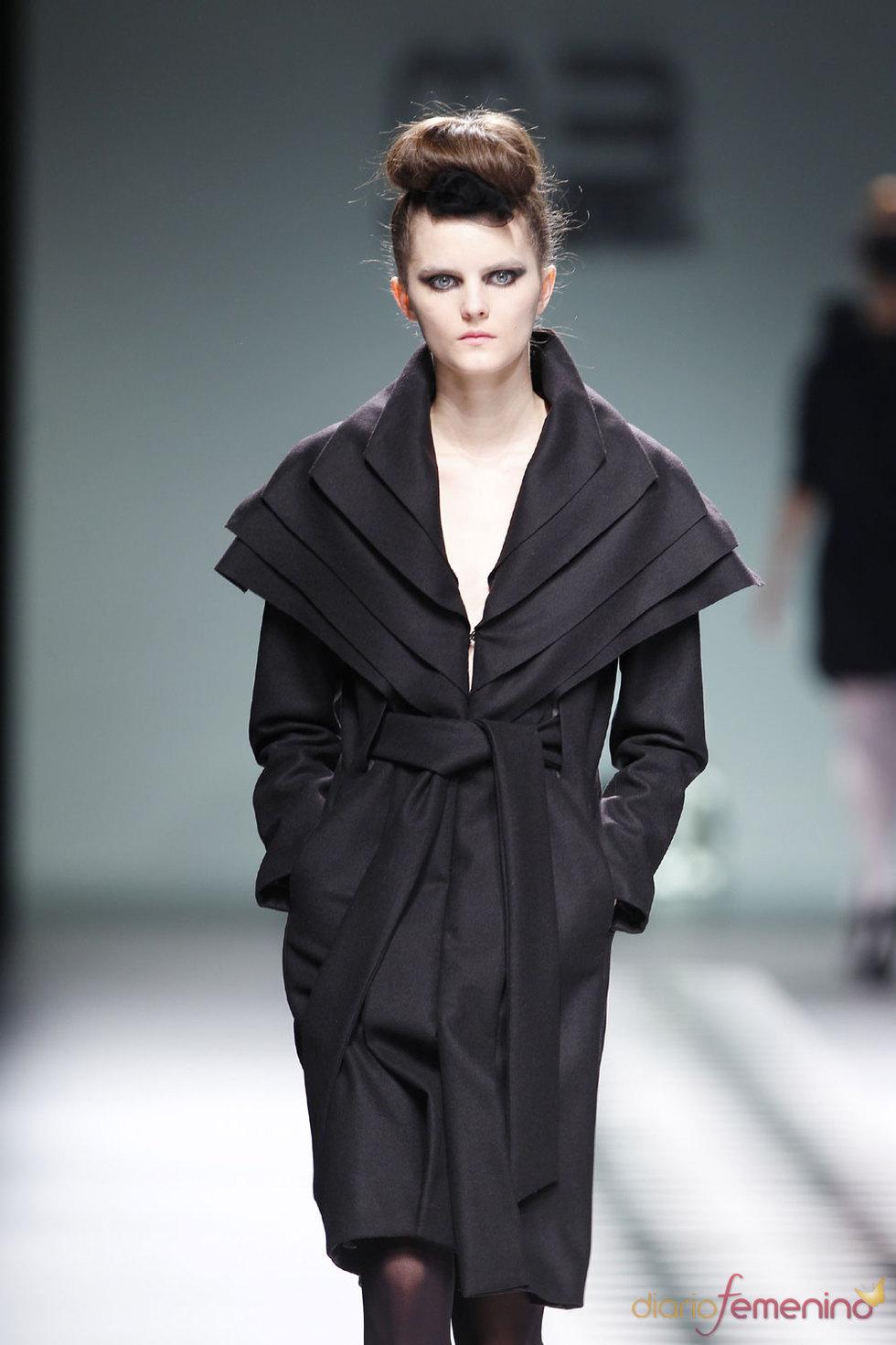 Vestido negro sofisticado de María Barros en la Pasarela Cibeles