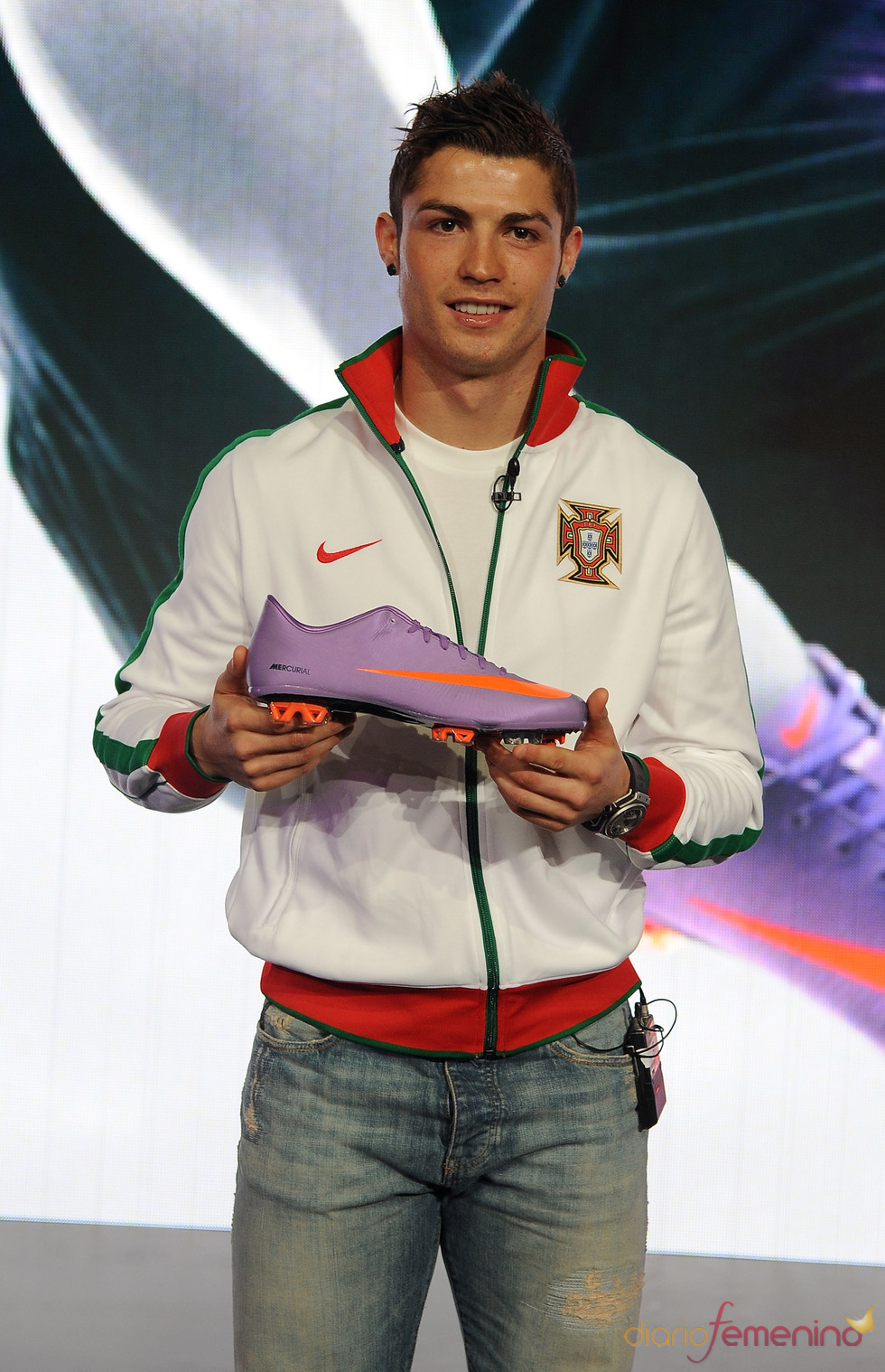 Ronaldo con deportivas violetas