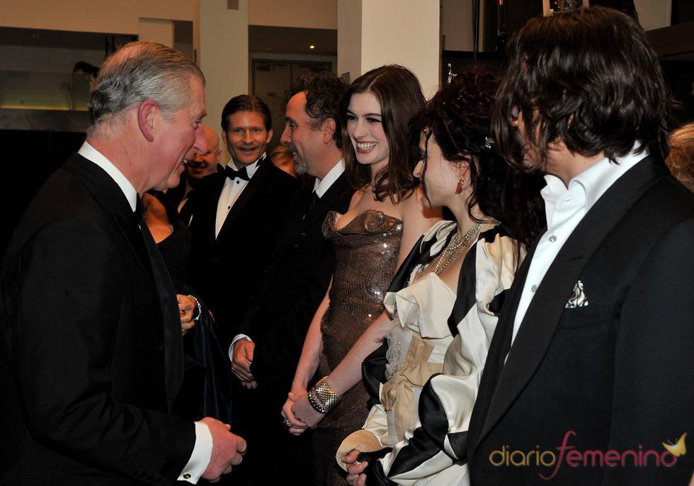El príncipe Carlos con los actores de 'Alice'