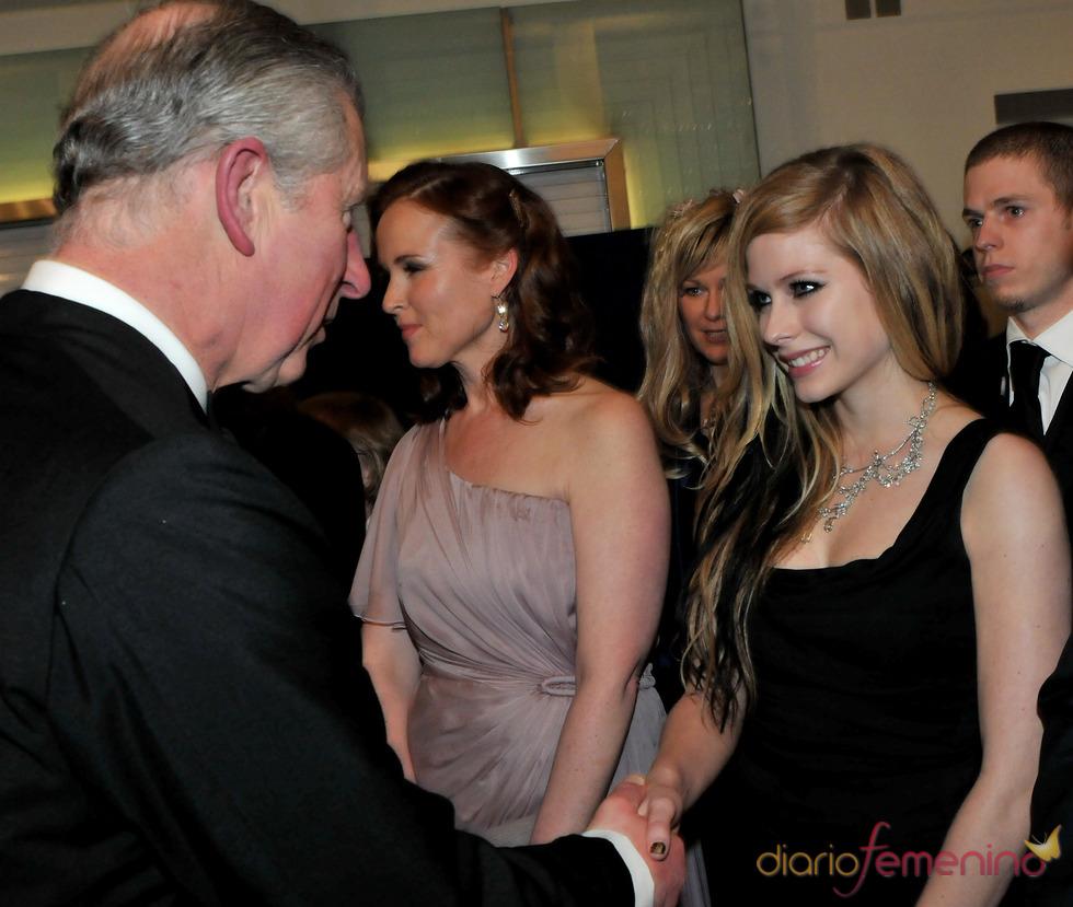 El Príncipe Carlos saluda a Avril Lavigne