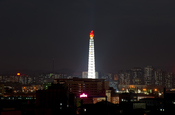 Torre Juche de Pyongyang de noche
