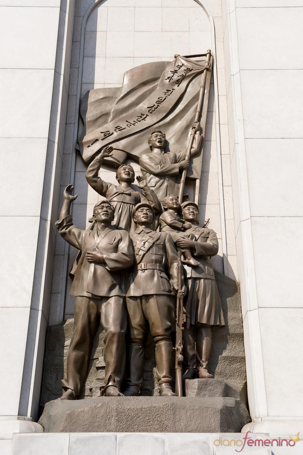 Estatuas en el arco del triunfo de Pyongyang