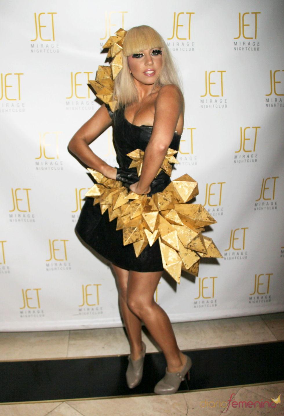 Lady Gaga: vestido negro con bloques dorados