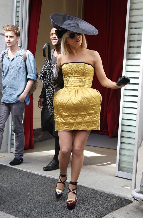 Lady Gaga: dorado con pamela negra