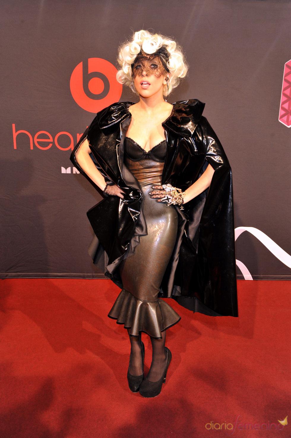Lady Gaga: falda de tubo y capa