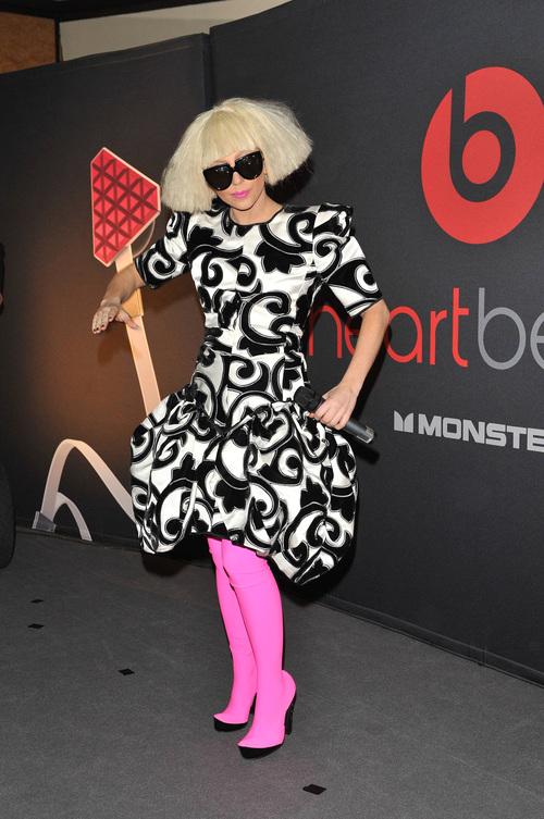 Lady Gaga: medias rosas y melena futurista