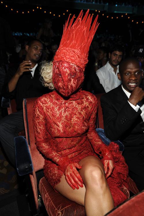 Lady Gaga: cara tapada y corona roja en los VMA