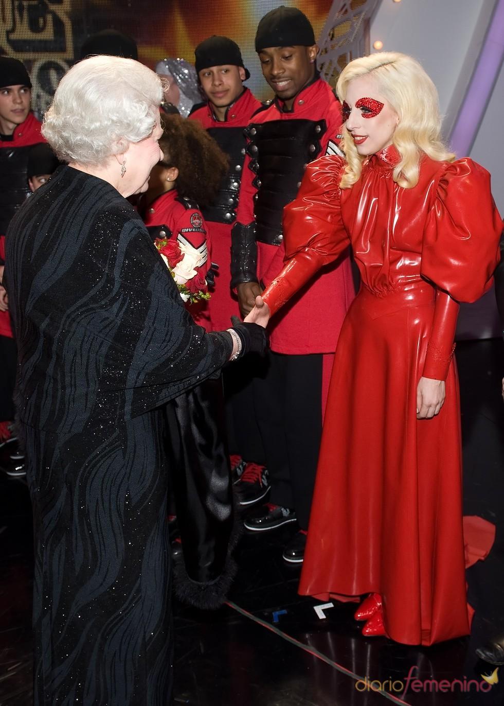 Lady Gaga con la Reina de Iglaterra