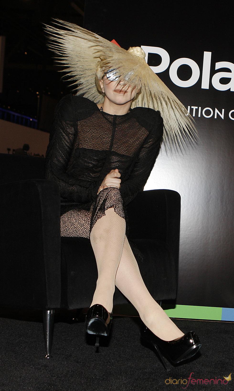 Lady Gaga con un sombrero sombrilla