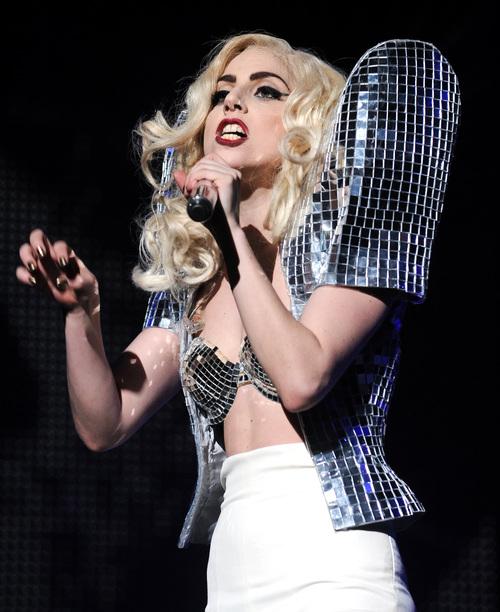 Lady Gaga, hombreras brillantes