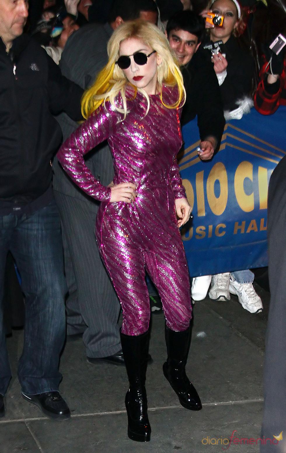 Lady Gaga de morado