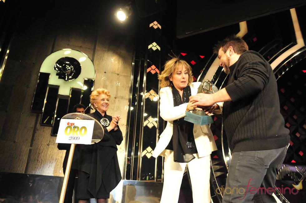 Lola Herrera bromeando con sus hijos en los Premios TP