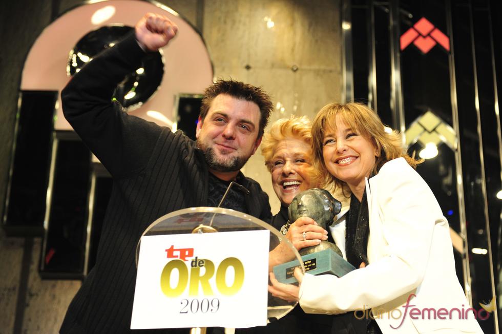 Lola Herrera y sus hijos con el TP de Oro