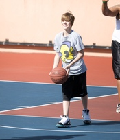 Justin Bieber jugando al baloncesto
