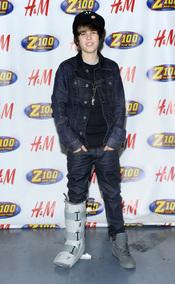 Justin Bieber con la pierna escayola