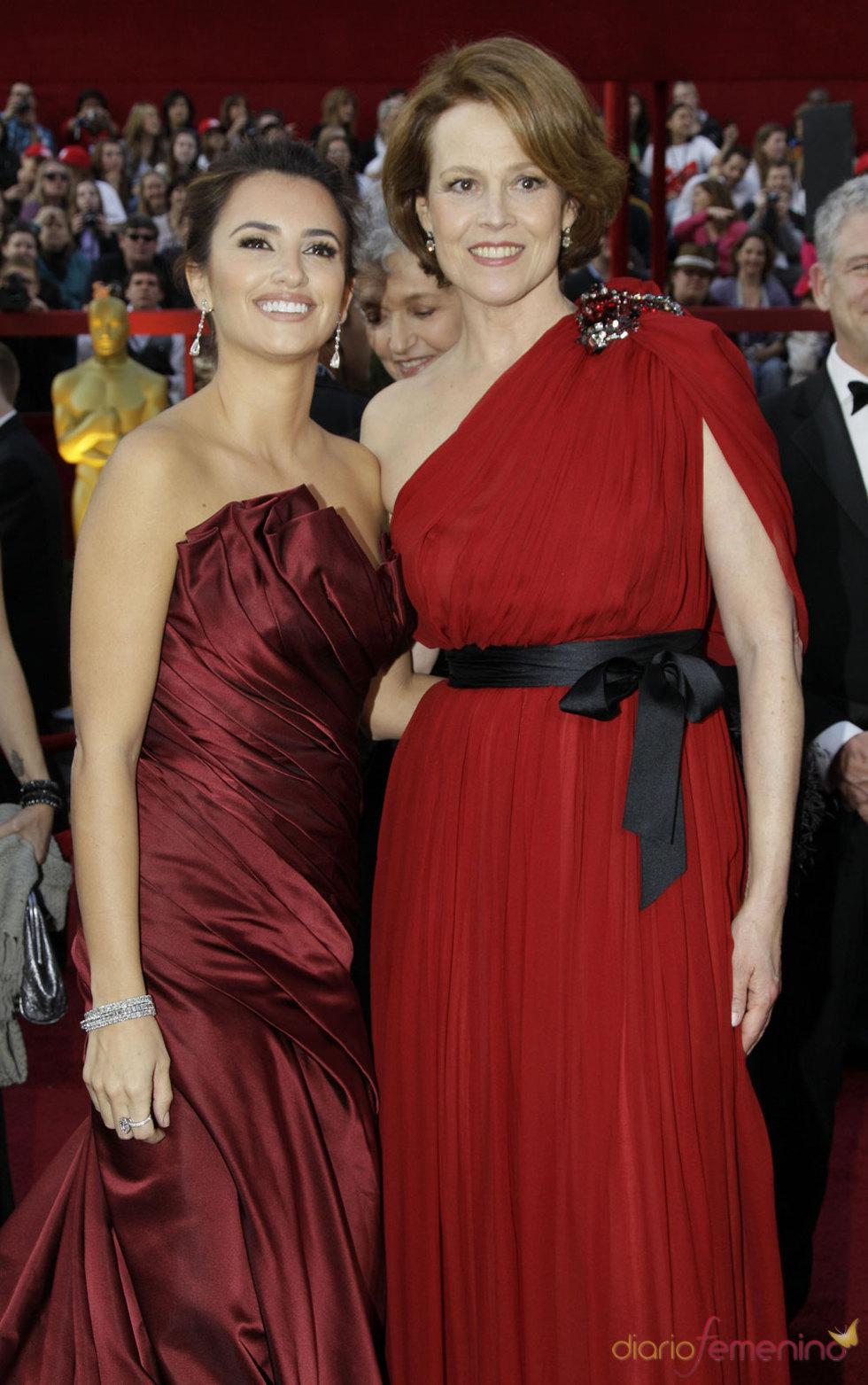 Penelope Cruz y Sigourney Weaver en la Alfombra Roja de los Oscars 2010