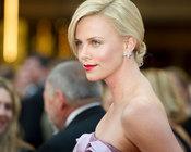 Charlize Theron en la Alfombra Roja de los Oscars 2010
