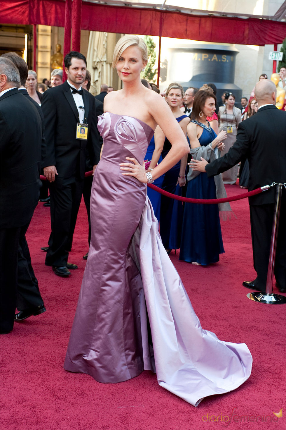 Oscars 2010: Charlize Theron en la Alfombra Roja