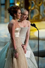 Miley Cyrus y Amanda Seyfried en los Oscars 2010