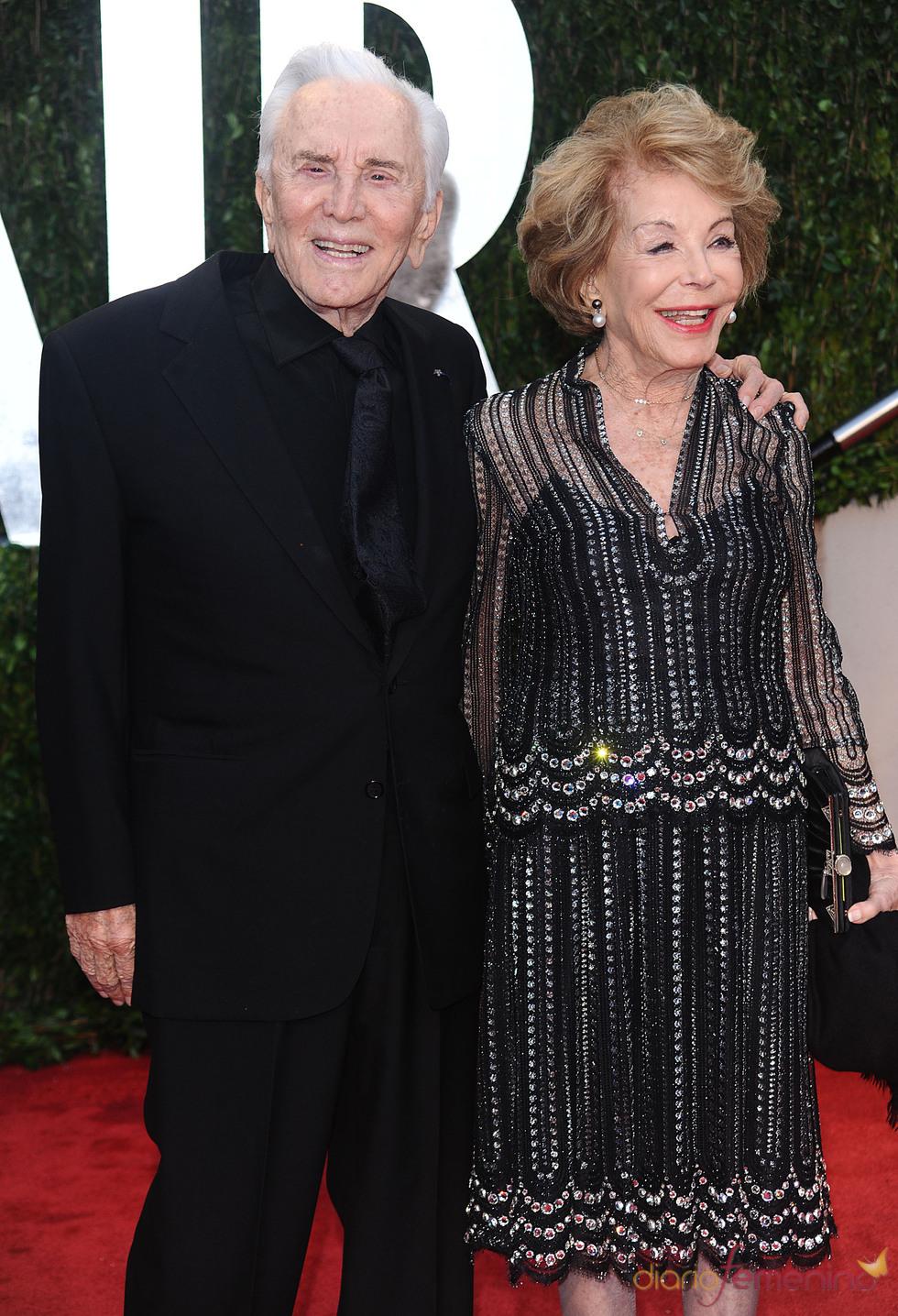 Kirk Douglas y su mujer en la fiesta Vanity Fair Oscar 2010
