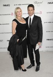 Rob Lowe y su mujer en la fiesta Elton John Oscar 2010
