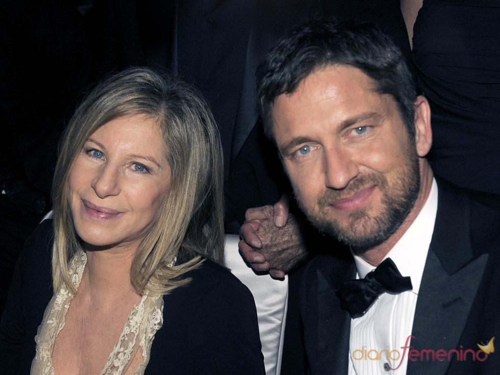Barbara Streisand y Gerard Butler en el baile Governors Ball, tras los Oscar 2010