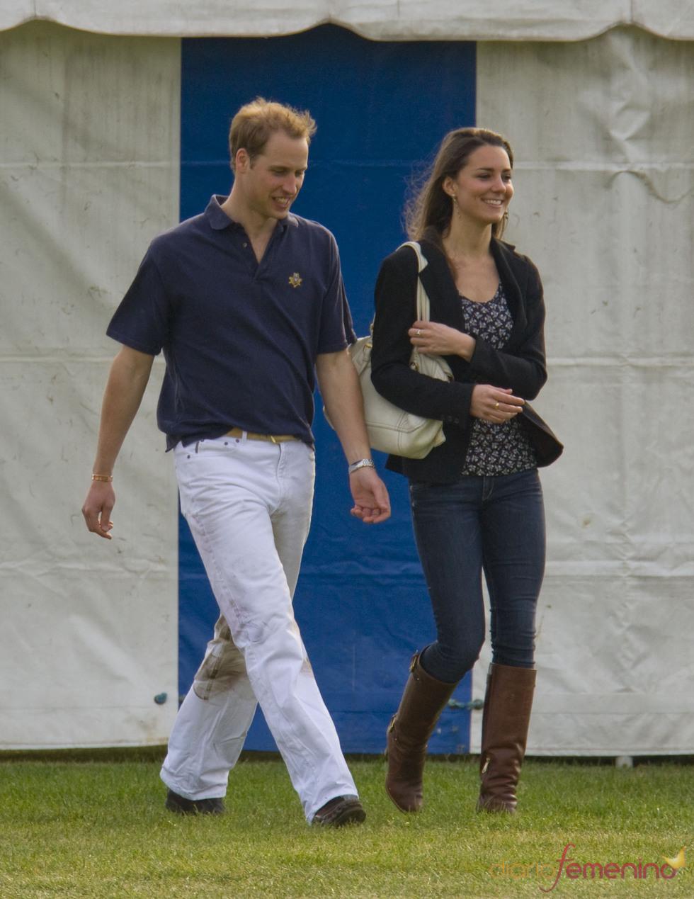 El principe Guillermo y Kate Middleton pasean por el parque