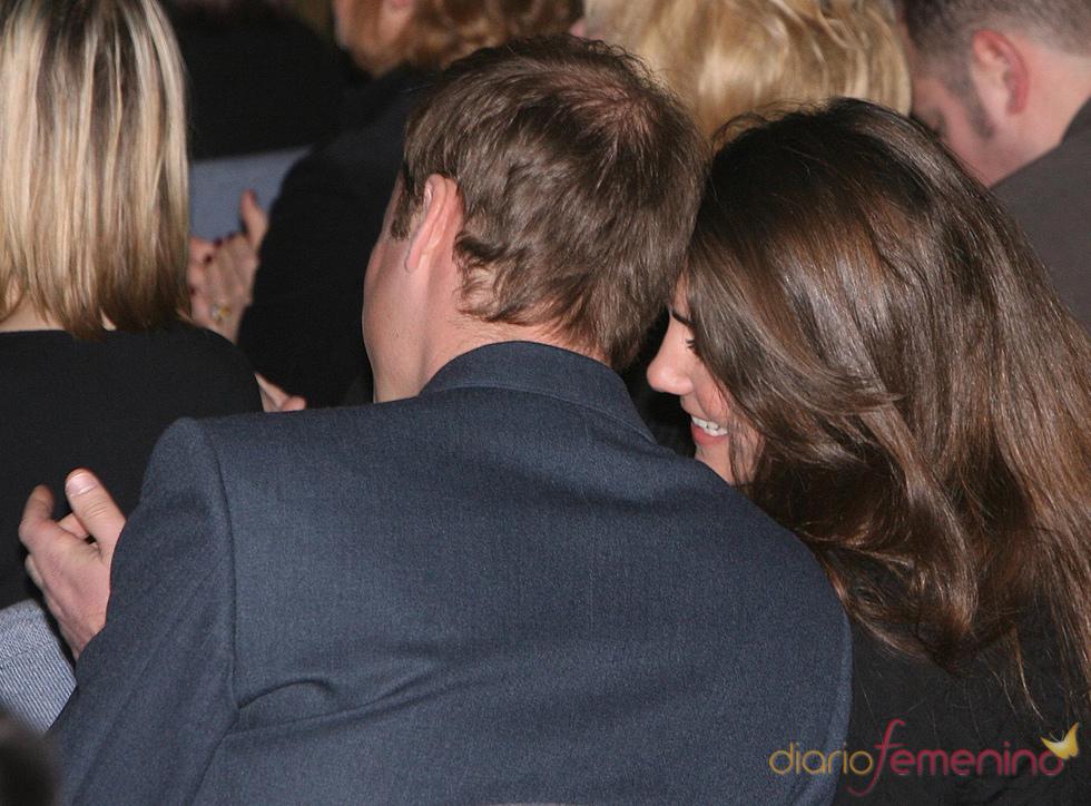 El príncipe Guillermo y Kate Middleton muy enamorados