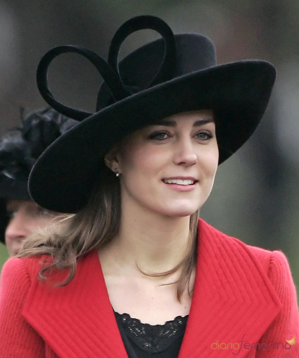 Kate Middleton con una gran pamela negra y abrigo rojo