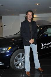 Carlos Moyá posando junto a un coche