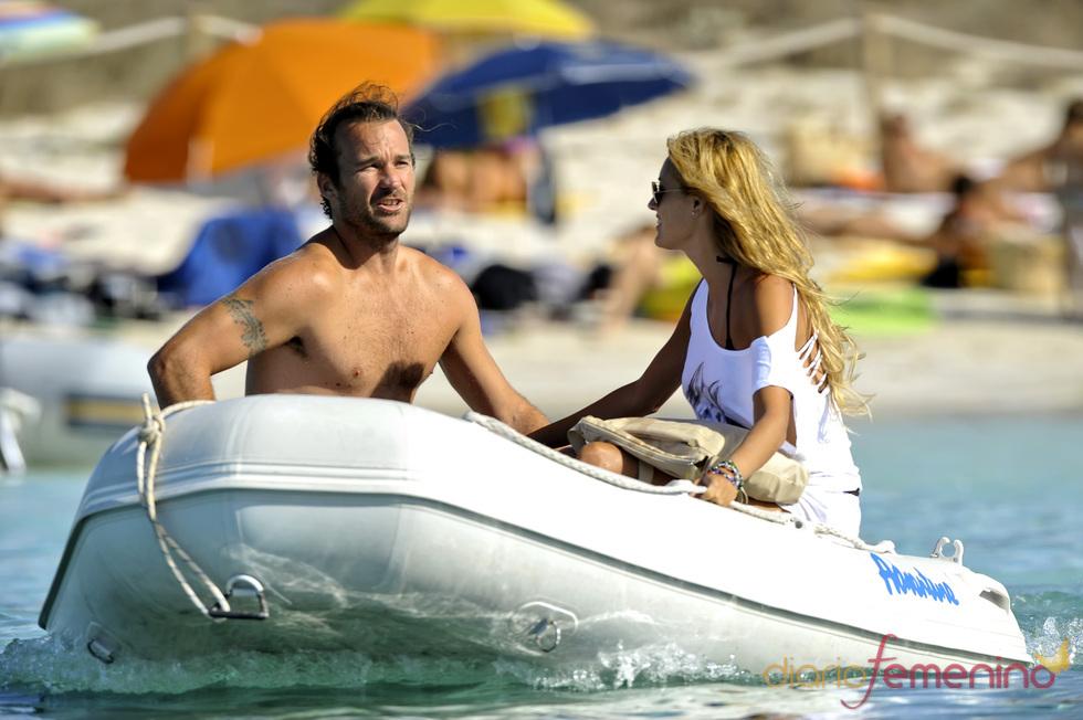 Carlos Moyá disfrutando del mar con su chica