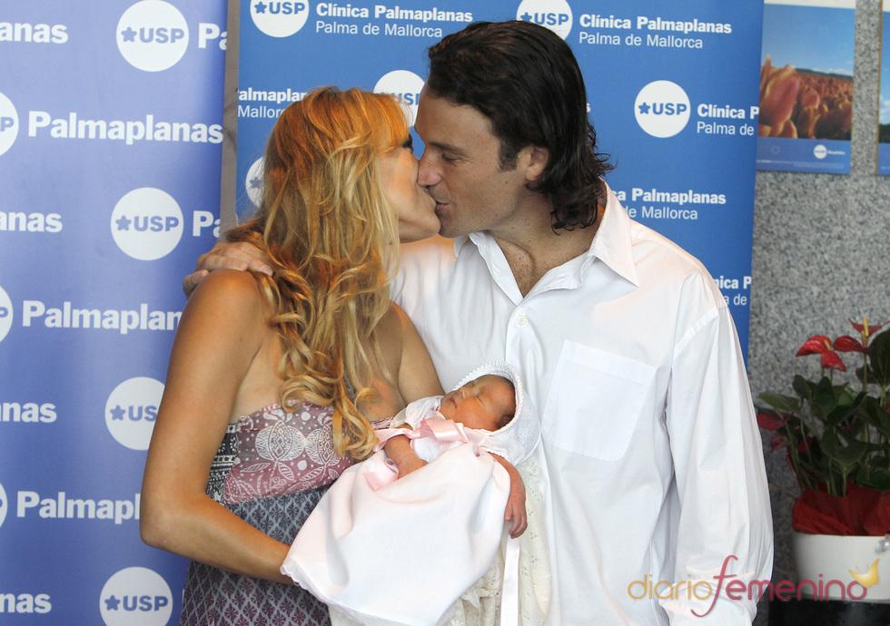 Carlos Moyá con su pequeña Clara