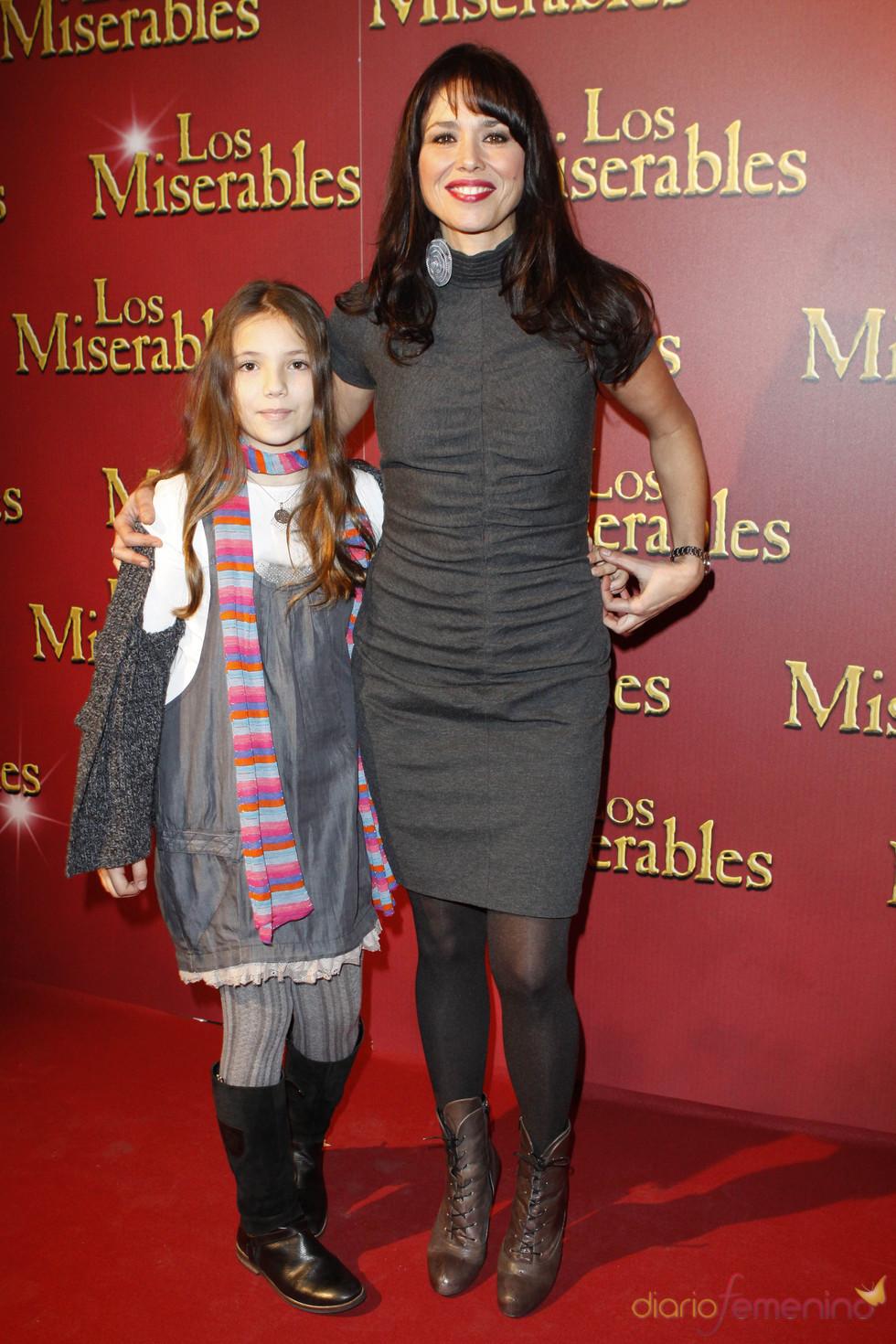 La periodista Minerva Piquero en el estreno de 'Los Miserables' junto a su hija
