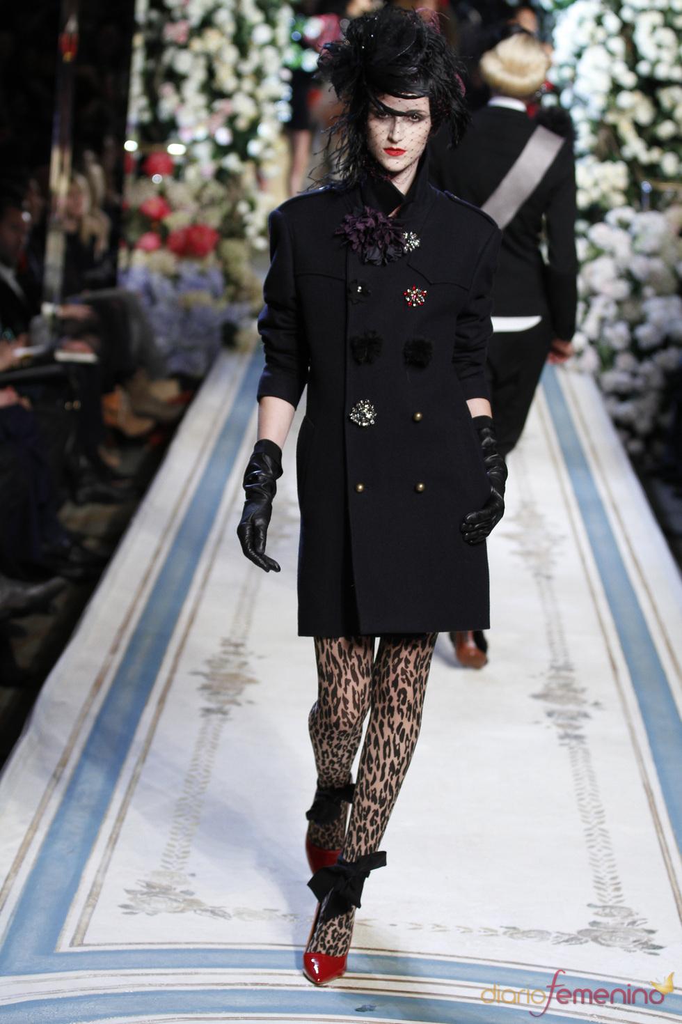 Abrigo con espectaculares broches de Lavin para H&M