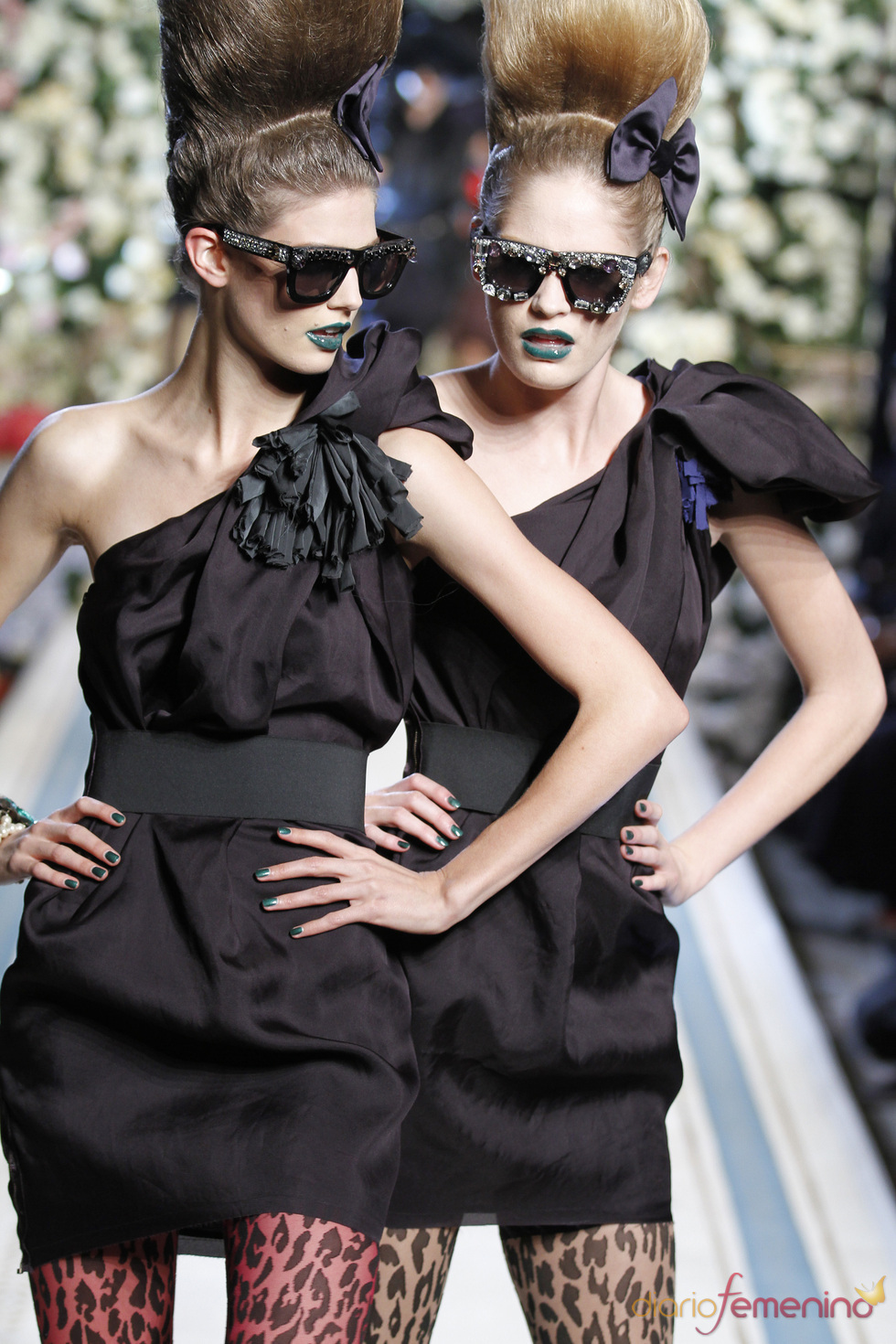Dos modelos con vestido de tirante asimétrico de Lavin para H&M