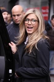 Jennifer Aniston luce unas grandes gafas de ver