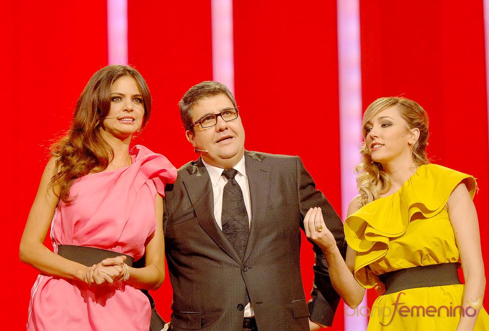 Florentino Fernández con sus presentadoras en los premios Ondas 2010